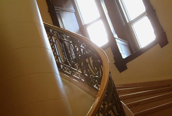 Imagen de escalera edificio vista en construccionesyreformassanchez.com