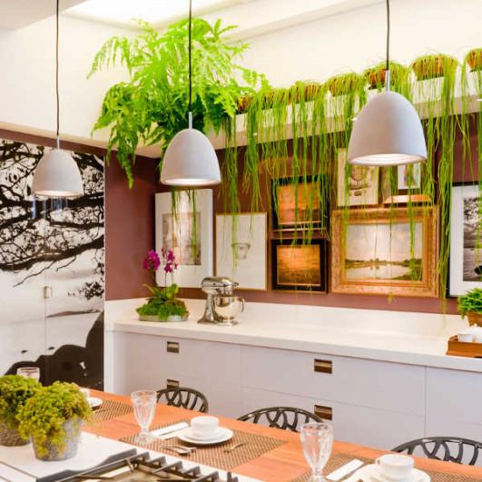 bella-cocina-con-cuadros-y-plantas
