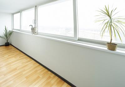 las grandes ventanas de las casas modernas dejan entrar más luz