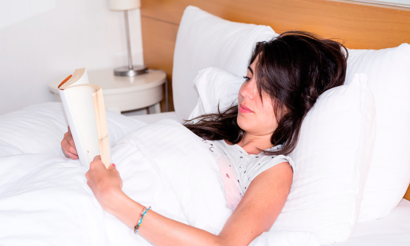 Leer en la cama: ventajas y desventajas