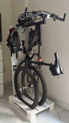 Trucos para guardar bicis en casa palets o colgarlas for Como guardar la bici en un piso