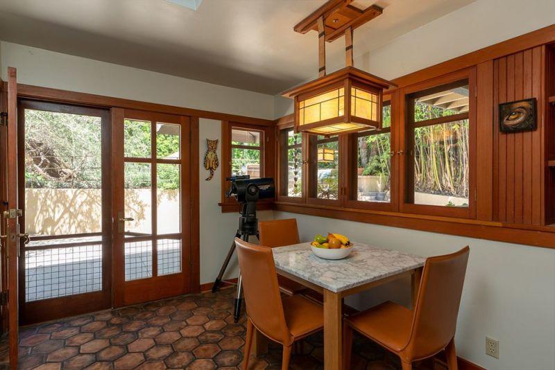 390a8a8a4 El elemento predominante de la casa tanto en el exterior como en el  interior es la madera de roble. Desde el porche hasta el mobiliario.
